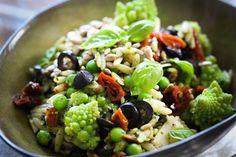 Kritharaki-Sommersalat mit Basilikum-Pesto