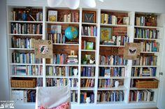So pimpst du dein Ikea Billy Regal im Handumdrehen! Arranging Bookshelves, Bookshelves With Tv, Styling Bookshelves, Simple Bookshelf, Bookshelves In Living Room, Decorating Bookshelves, Built In Bookcase, Bookshelf Ideas, Ikea Hacks