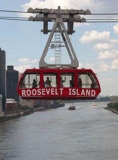 Cabina del Rossevelt Island Tramway, el teleferico que conecta Manhattan con Roosevelt Island, en en East River. Se toma en la estacion de la Calle 60 con la Segunda Avenida y va paralelo al lado norte de Queensboro Bridge