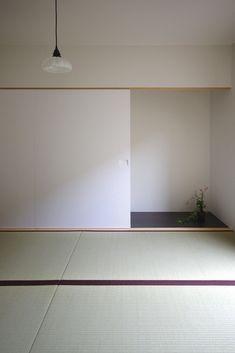 坪60万弱のローコスト、高気密高断熱(フラット35S仕様)住宅です。 敷地に余裕が無い為、軒を出さないようにすることで内部空間を最大限確保しています。 住宅密集地に建ち、窓を外壁に面して設けず、全ての部屋は中庭と向かい合うことで採光、通風が得られるように計画しています。 Japanese Interior Design, Japanese Design, Japanese Modern, Japanese House, Japanese Architecture, Interior Architecture, Washitsu, Tatami Room, Zen Room