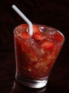 Nesse drinque, o segredo é acrescentar a fruta no final e bater só no 'pulsar', para deixar o morango em pedacinhos. Veja aqui como fazer.