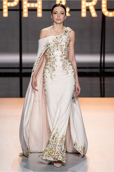 """Haute Couture Glamour: Ralph and Russo - Feminine, luxurious, with sparkles and feathers. this latest couture collection from Ralph and Russo is reminiscent of the """"Old Hollywood Glamour"""" days. Ralph & Russo, Fashion Design Inspiration, Mode Inspiration, Style Couture, Haute Couture Fashion, Haute Couture Gowns, Vestidos Fashion, Fashion Dresses, Couture Dresses Gowns"""
