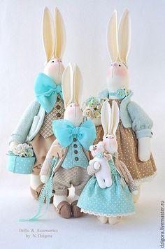 Купить или заказать Семья кроликов в бежево-бирюзовом, подарок семейной паре в интернет-магазине на Ярмарке Мастеров. Целое семейство остроухих кроликов в бирюзово - бежевой гамме. Сшиты из плотного хлопка, наполнены холлофайбером, в одежде использованы шерсть - букле, кашемир, хлопок, костюмная ткань, шёлк, атласные ленты, хлопковое кружево, прошва, фетр, в декоре - деревянные и медные пуговки, бусины, деревянная лошадка, шкатулочка, металлический ключик, декоративные цветы и бутоны.