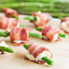 Asparagus and Bacon Appetizers. Bacon and garlic cream cheese wrapped around asparagus. No Cook Appetizers, Appetizer Dishes, Delicious Appetizers, Appetizer Recipes, Food Dishes, Dishes Recipes, Cooking Recipes, Health Appetizers, Thanksgiving Appetizers