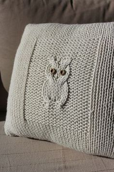 knitted owl cushion - looks lovely Knitting Stitches, Knitting Patterns Free, Free Knitting, Crochet Patterns, Free Pattern, Knitting Needles, Knitted Owl, Knitted Cushions, Knitted Cushion Pattern