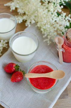 Rezept für fettarme Holunder Buttermilch Panna Cotta mit Erdbeeren