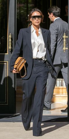 Look of the Day - Victoria Beckham nailed the power suit trend with tailored separates and a suede bag from her Victo - Vic Beckham, Beckham Suit, Victoria Beckham Outfits, Victoria Beckham Style, Victoria Beckham Fashion, Victoria Beckham Clothing Line, Business Outfit Damen, Business Outfits, Look Fashion