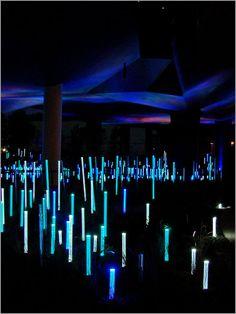 L'Ô de Yann Kersalé - jardin du Musée du quai Brainly, Paris ; Maître dans l'art de construire la lumière, Yann Kersalé utilise celle-ci comme un matériau. Son travail montre à quel point la lumière peut guider notre perception des lieux et des choses, les rendant magiques, mystérieux, dynamiques ou apaisant...