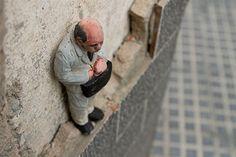 El artista gallego Isaac Cordal y sus hombrecitos de maletín. Mucha melancolía en estos trabajos.  http://cementeclipses.com/works/