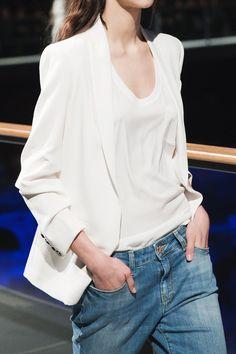 Blazer blanc + marcel loose + jean bleu délavé porté bas sur les hanches = le bon mix !