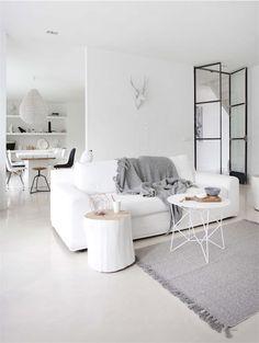 Casa con un interior en total white