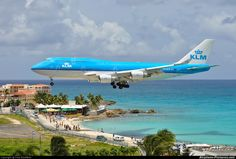 KLM Royal Dutch Airlines Boeing landing at St. Boeing 747 400, Boeing Aircraft, Passenger Aircraft, Thermal Spraying, Plane Photos, Airplane Flying, Airplane Photography, Air Photo, Aircraft Painting