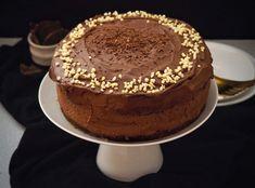 Zvyknem ju piecť na oslavy, väčšinou chutí všetkým, veď sobľúbenou kombináciou banánov a čokolády sa toho veľa pokaziť nedá. Tento rok som si ju pripravilak narodenináma na moje prekvapenie mi ju na oslavu upiekla aj sestra. U nej bolo množstvo čokolády v plnke dvojnásobné, takže je len na vás, ako čokoládová bude vaša čokoládová torta … Pokračovať v čítaní: Čokoládová torta s banánmi