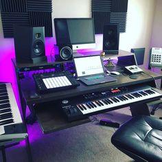 musicianlifeofficial_57506441_295981861334926_4958549209907918520_n @musicianlifeofficial #devenirbeatmaker #homestudio #hardware #beatmaker #beatmaking #compositeur #musicproducer #productionmusicale #musicproduction #audio #studiotour #producerdesk #bedroomproducers Music Studio Room, Studio Setup, Studio Design, Home Studio, Dream Studio, Playroom, Bedroom Ideas, Instruments, Cinema