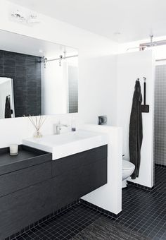 Minimalistic and modern bathroom with a feeling of wellbeing with scented candles and sticks.