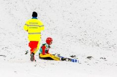 Sanitäter eilt zu Richard Freitag beim FIS Skispringen Weltcup in Engelberg / Schweiz | Bildjournalist Kassel http://blog.ks-fotografie.net/pressefotografie/fis-skispringen-engelberg-schweiz-fotografiert/