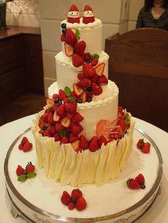 イチゴが溢れだす、4段のケーキ!