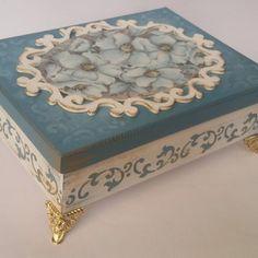 Decoupage Furniture, Decoupage Box, Decoupage Vintage, Cigar Box Crafts, Decoupage Printables, Painted Trays, Craft Box, Fabric Jewelry, Wood Crafts