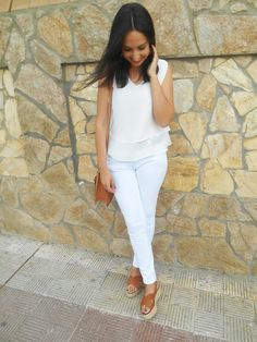 http://unachicasual.blogspot.com.es/2015/06/tiro-al-blanco.html  fashion, girl, blogger, white, pants, top, belt, sandals, brown, ootd, outfit, look, ideas, inspiration, summer