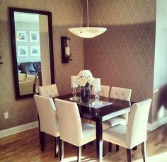 runner, duas velas e um vaso no meio. Espelho horizontal na parede, decoracao de vela na parede e wallpaper
