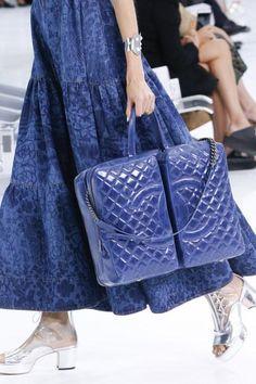 Chanel Spring 2016 Ready-to-Wear Fashion Show - Left Blue Fashion, Fashion Week, Fashion Show, Fashion Trends, Chanel Fashion, Fashion Bags, Womens Fashion, Chanel Spring 2016, Moda Chanel