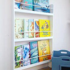 """Полки, где книги стоят лицом очень удобны для детей , я её называю """"полка актуальных книг"""". На неё как раз помещаются те книги, которые в разделе """"Любимых"""", или те , которыми я хочу заинтересовать детей. ⠀ Сейчас у нас у Кати в фаворитах Улитка и Кит. ⠀ А у вас какая любимая книга у ребёнка? ⠀ ••• Полка для книг #casanostra_полки Размер 90/60/11 или 14 Цена 3800 Цвет любой. ⠀ Ящики для игрушек #casanostra_ящик Размер: Мини 31/32/16 1600₽ Стандарт 31/32/27 2000₽ Макси 31/32/37 2400₽"""