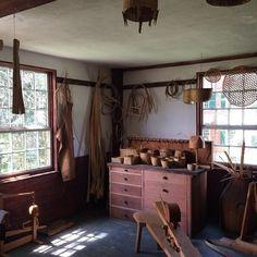 糸を紡いで布を織り、織物製品を作る所や、椅子や靴、箒、カゴ等の工芸品を作るところ。 ほとんど全ての物が手作りでつくられているというだけあって、本当に様々な作業場がビレッジ内にはあります。