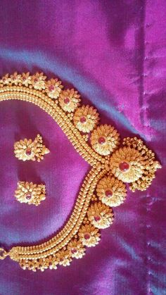 Gold Jewelry For Bridesmaids Code: 7231419156 Gold Earrings Designs, Gold Jewellery Design, Gold Jewelry, Gold Designs, Designer Jewellery, Gold Necklaces, India Jewelry, Temple Jewellery, Antique Jewelry