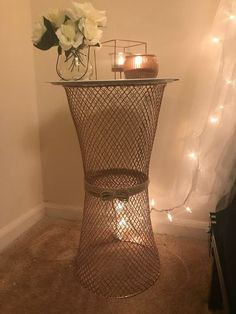 DIY nightstand with 2 wire trash cans and pizza pan from Dollar Tree. That's actually kinda cool! Dollar Tree Decor, Dollar Tree Crafts, Dollar Tree Baskets, Diy Garden Decor, Diy Room Decor, Diy Nightstand, Ideias Diy, Diy Home Crafts, Home Craft Decor