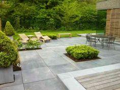 revêtement terrasse en dalles de pierre lisses et parquet