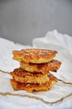 Vegetarian recipe for millet cakes with feta cheese and roasted tomatoes. You can serve these millet cakes with a salad side dish, in a veggie burger or with tomato sauce on top.