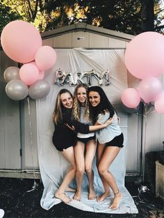 White and gold sweet 16 photo background. Happy 16th Birthday, 13th Birthday Parties, Birthday Party For Teens, Sleepover Party, Sweet 16 Birthday, Sleepover Activities, Birthday Party Ideas For Teens, 16th Birthday Decorations, Sweet 16 Fotos