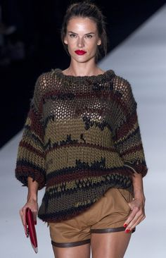 Alessandra Ambrosio: Pregnant and on the Catwalk (kudos do Colcci, love the shorts) Tribal Fashion, Knit Fashion, Asymmetrical Sweater, Cardigan Pattern, Sweater Design, Knitted Blankets, Knitting Designs, Fall Winter Outfits, Lana