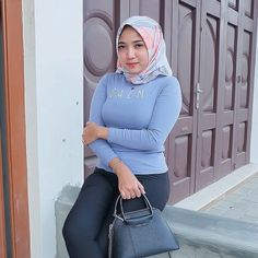Casual Hijab Outfit, Hijab Chic, Hijabi Girl, Girl Hijab, Beautiful Hijab, Beautiful Asian Girls, Hijab Prom Dress, Green Pants Outfit, Hijab Jeans