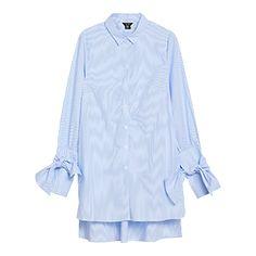 """Denne pyntede, friske bomullsskjorten er et """"must"""" denne sesongen. Med friske hvite og blå striper, knytedetaljer nederst ved ermene og en moderne fasong kan du oppnå en trendy look på en, to, tre."""