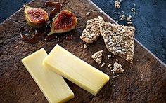 Karamelliserede figner til ost En skøn ost - intens og fuld af smag. Med følgeskab af herlige, hjemmelavede karamelliserede figner.