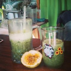 #greensmoothie and #passionfruit for a lil afternoon snack in #montezuma