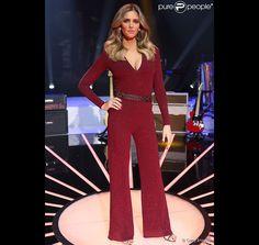 Fernanda Lima chamou atenção ao vestir um look decotado no comando do 'SuperStar' de domingo, 17 de maio de 2015. A roupa assinada pela estilista Carol Bassi foi feita exclusivamente para a apresentadora, que tem usado modelitos elaborados só pra ela na atração da Globo