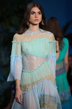 Alberta Ferretti Cruise 2020 Monaco ✫♦๏༺✿༻☘‿FR Jun ‿❀🎄✫🍃🌹🍃🔷️❁✿~⊱✿ღ~❥༺✿༻🌺♛༺ ♡⊰~♥⛩⚘☮️❋ Vogue Fashion, Live Fashion, Fashion 2020, Fashion Art, Runway Fashion, Fashion Show, Womens Fashion, Fashion Design, Fashion Trends