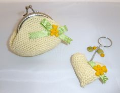 monedero a crochet con llavero a juego en amarillo