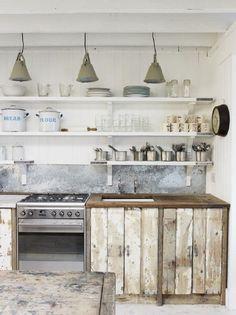 Idée pour les portes du placard de la cuisine : récupérer vielles planches du parquet peint.
