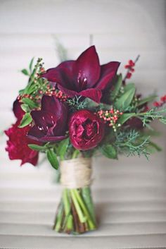 Un boueut da sposa invernale con fiori bordeaux