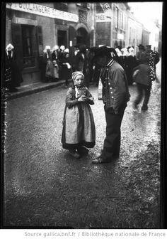 Costume -- France -- Bretagne (France) Captions:Plougastel, type d'enfant, 11-1-10 [fillette et homme en costume traditionnel breton] : [photographie de presse] / [Agence Rol]