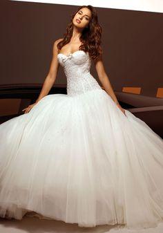 Beautiful Irina Shayk for Alessandro Angelozzi Couture 2013 / Vestido de novia con volumen