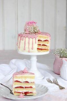 Erdbeer-Frischkäse-Torte: Biskuit Teig kaufen / Glasur weglassen/ Raffaelo oben drauf