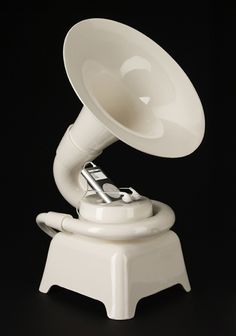 Ceramic IPod dock in the shape of a phonograph! A classy way to play iPod music at the reception! Laptop Speakers, Wireless Speakers, Radio Antigua, Ipod Dock, Ideas Geniales, Phonograph, Cool Tech, Humble Abode, Cool Gadgets