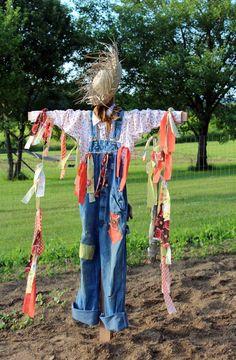 24 Lovely Diy Scarecrow In the Fall Garden Decor – Out Decor Make A Scarecrow, Halloween Scarecrow, Scarecrow Ideas, Halloween Halloween, Vintage Halloween, Halloween Makeup, Scarecrows For Garden, Fall Scarecrows, Garden Crafts