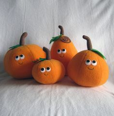 A wonderfully cute family of smiling felt food pumpkins. #felt #crafts #food #felt_food #DIY #cute #kawaii #food #Halloween #pumpkins #decorations
