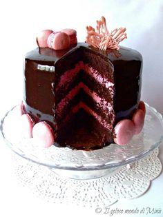 Ultimamente m'è presa la fissa per le layer cakes (le torte a più strati) e per i contrasti cromatici, così dopo la pink layer cake eccomi ...
