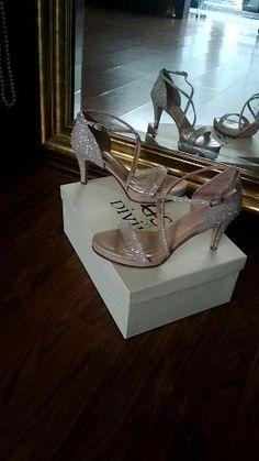 Άνετα νυφικά Δερμάτινα πέδιλα Divina ,με γκλιτερ οργατζα και χαμηλό τακούνι 8 εκατοστά, ιδανικά για ρομαντικά νυφικά και Princess style Wedding Shoes, Sandals, Fashion, Bhs Wedding Shoes, Moda, Shoes Sandals, Fashion Styles, Wedding Slippers, Bridal Shoes